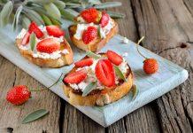 Crostini met geitenkaas en aardbeien