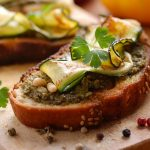 Crostini met pesto en courgette