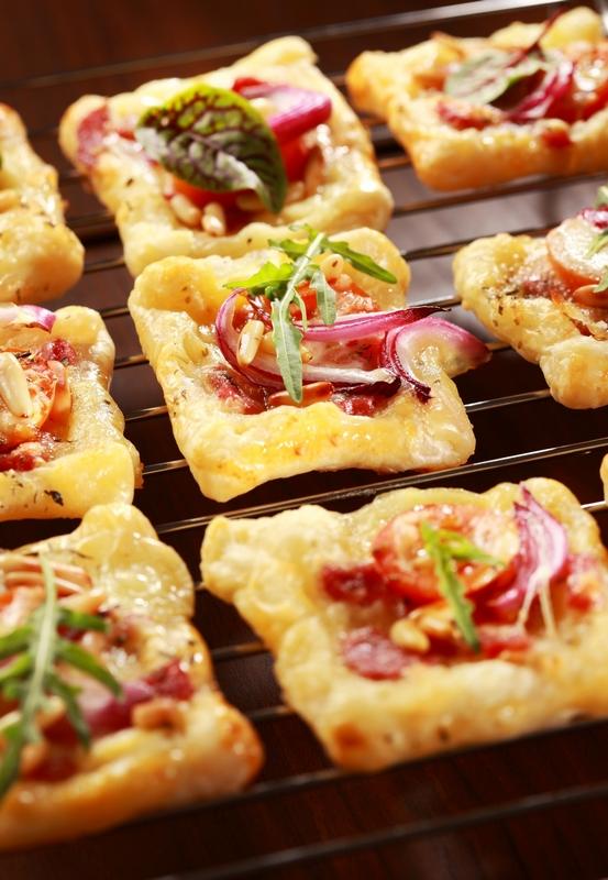 Pizza hapje met rode ui